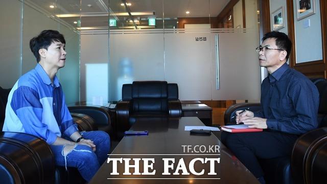 박수홍은 아들만 셋인 집안의 3형제 중 둘째다. 사진은 지난해 서울 마포구 더팩트 사옥에서 진행된 인터뷰 당시. 이 때만해도 매니저인 친형 박 모씨도 동행해 분위기가 와기애애했다. /배정한 기자