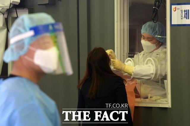 보건복지부는 신종 코로나바이러스 감염증(코로나19)으로 생계에 어려움을 겪는 저소득 가구를 지원하기 위한 '한시 생계지원' 신청을 받는다고 2일 밝혔다. 사진은 서울 용산구의 한 임시선별검사소에서 시민들이 코로나19 검사를 받는 모습. /남용희 기자