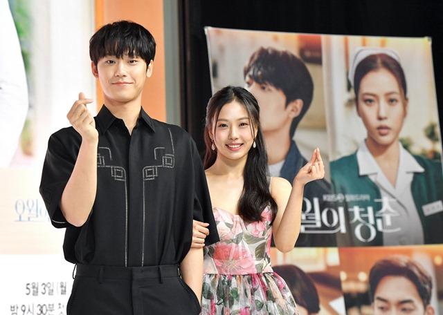 배우 이도현과 고민시(오른쪽)가 넷플릭스 '스위트홈' 이후 KBS2 새 월화드라마 '오월의 청춘'에서 재회했다. 특히 두 사람은 남매에서 벗어나 연인으로서의 호흡을 보여줄 예정이다. /KBS2 제공