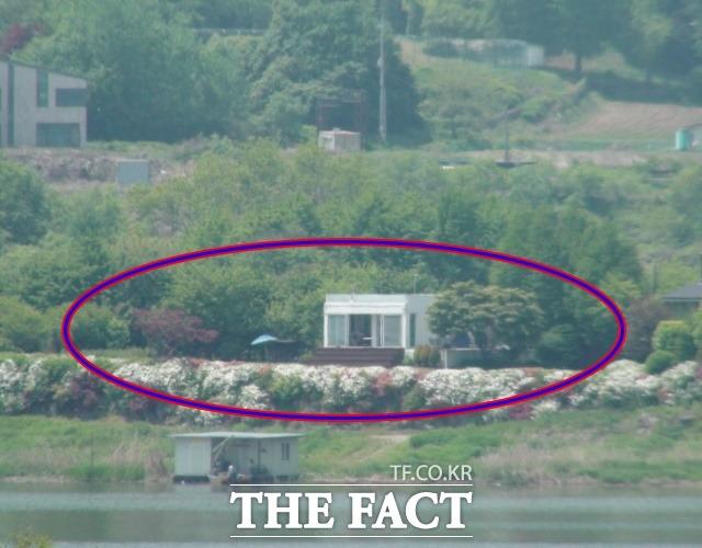 신현준은 2014년 경기 양평 강상면에 북한강을 낀 두 필지 땅(토지+건물 500여 평)을 매입했다. 북한강수계 상수원 수질개선 등의 법률에 해당하는 수변구역이다. 강 맞은 편에서 바라본 주택. /양평=강일홍 기자