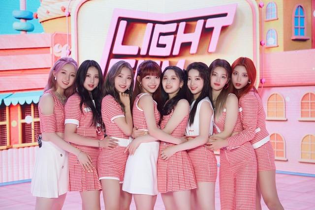 큐브에서 3년 만에 선보이는 걸그룹 라잇썸이 데뷔 쇼케이스를 개최했다. 멤버들은 \