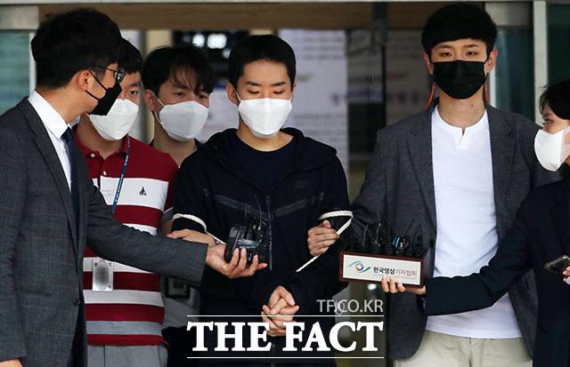 남성들과 영상 통화를 하며 불법촬영하고, 이를 유포한 김영준(29)이 11일 오전 서울 종로경찰서를 나와 검찰로 송치되고 있다. /뉴시스