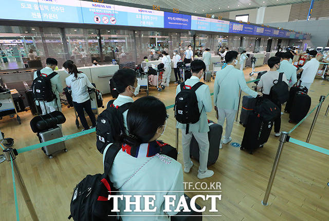 2020 제32회 도쿄올림픽에 출전하는 대한민국 선수단이 인천국제공항에서 출국 수속을 하고 있다.