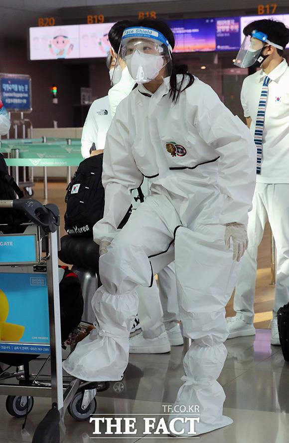 대한민국 여자 탁구 국가대표 신유빈이 19일 오전 인천국제공항에 방역복 차림으로 출국 수속을 기다리고 있다.