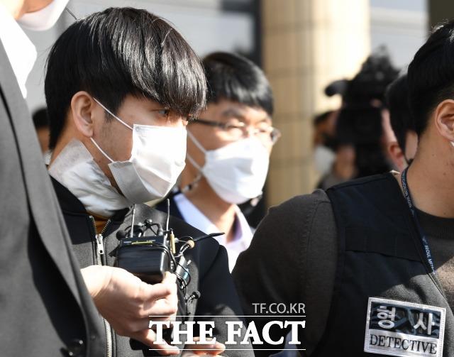 스토킹하던 여성의 아파트에 침입해 어머니와 여동생 등 세 모녀를 살인한 혐의를 받는 김태현(25)의 재판에 피해자 유족들이 증인으로 출석한다. /임세준 기자