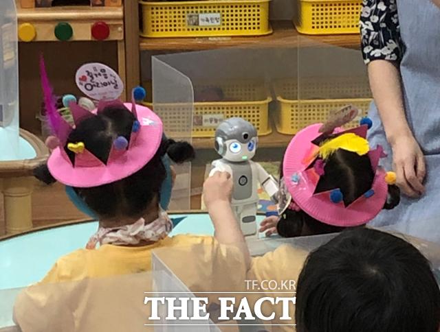 서울의 한 어린이집에서 아이들이 인공지능 로봇을 활용해 수업을 하고 있다. /서울시 제공