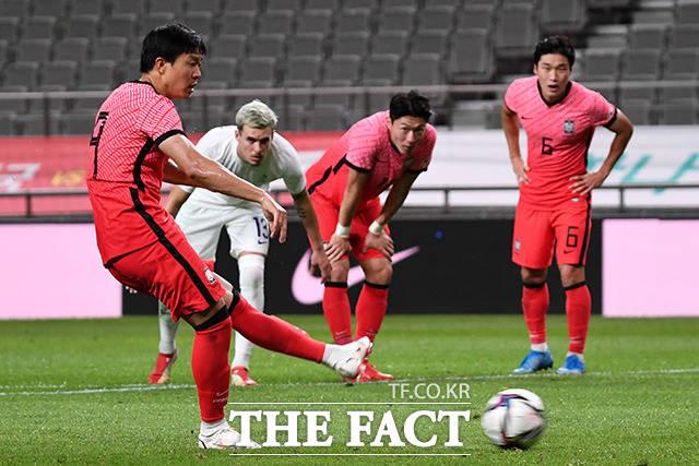 올림픽축구대표팀의 와일드 카드 권창훈이 22일 뉴질랜드와 2020 도쿄올림픽 남자축구 B조 첫 경기에서 전반 세 차례의 슛으로 득점 가능성을 높였다. 사진은 지난 16일 프랑스전 페널티킥 장면./더팩트 DB