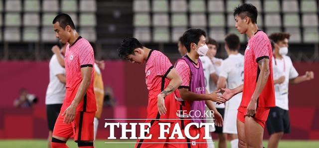 첫승을 노렸던 상대 뉴질랜드에게 0-1로 패한 한국선수들이 침통한 표정으로 그라운드를 벗어나고 있다./가시마=뉴시스