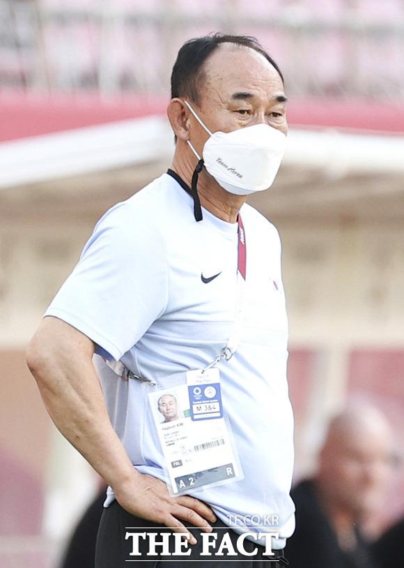 김학범 올림픽 축구 대표팀 감독이 선수들의 움직임을 주시하고 있다./가시마=뉴시스