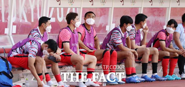 대한민국 올림픽 축구대표팀 선수들이 초조하게 득점을 기다리고 있다./가시마=뉴시스