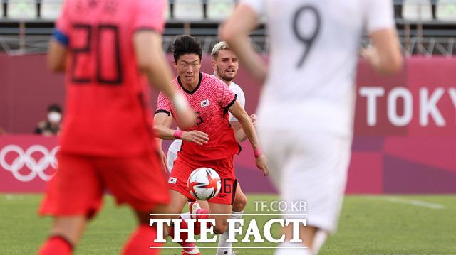 2020 도쿄올림픽 남자축구 조별리그 B조 1차전 대한민국과 뉴질랜드의 경기가 22일 오후(현지시간) 일본 이바라키 가시마 스타디움에서 열린 가운데 황의조가 볼 다툼을 하고 있다./가시마=뉴시스