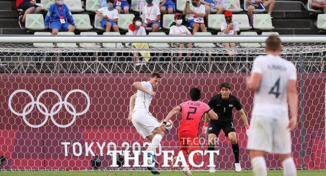 2020 도쿄올림픽 남자축구 조별리그 B조 1차전 대한민국과 뉴질랜드의 경기가 22일 오후(현지시간) 일본 이바라키 가시마 스타디움에서 열린 가운데 경기 후반 뉴질랜드의 크리스 우드가 득점하고 있다./가시마=뉴시스