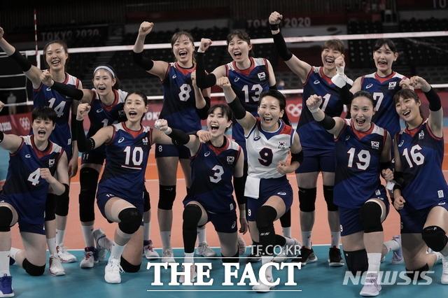여자 배구 대표팀이 A조 3차전 도미니카공화국과 경기에서 풀세트 접전 끝에 세트스코어 3대2로 승리해 2연승을 달렸다. /도쿄=AP/뉴시스
