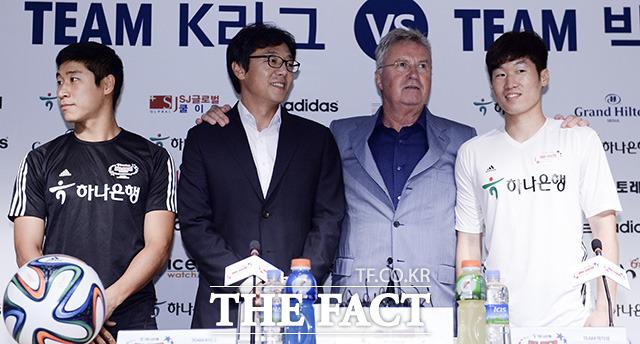 황선홍과 히딩크, 박지성(왼쪽 두번째부터)이 기념촬영을 하고 있다.