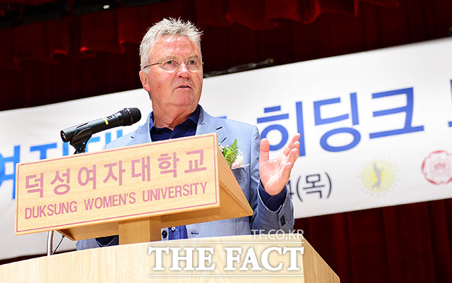 덕성여자대학교 드림풋살장 개장식에 참석해 발언하는 히딩크 감독.