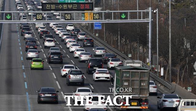 서울시는 이번 추석 연휴때 관할 구역인 경부고속도로 버스전용차로의 단속 시간을 연장한다. 사진은 경부고속도로의 모습. /임영무 기자