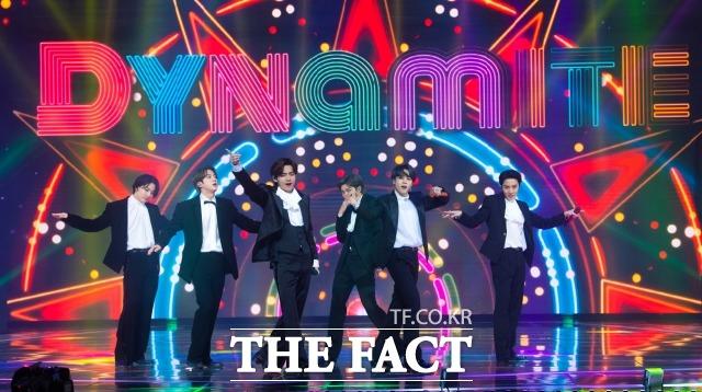 그룹 방탄소년단(BTS)가 12일(현지시간) 미국 뉴욕에서 열린 '2021 MTV VMA'에서 '올해의 그룹' '베스트 K팝' '송 오브 서머' 등 3개 부문에서 상을 받았다. 사진은 방탄소년단이 지난해 12월 인천 남동체육관에서 열린 '2020 더팩트 뮤직 어워즈'에서 'Dynamite'(다이너마이트) 무대를 하는 모습. /더팩트 DB