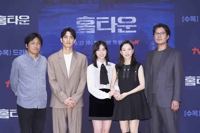 박현석 감독과 배우 엄태구 이레 한예리 유재명(왼쪽 부터)가 tvN 새 수목드라마 '홈타운' 제작발표회에 참석했다. /tvN 제공