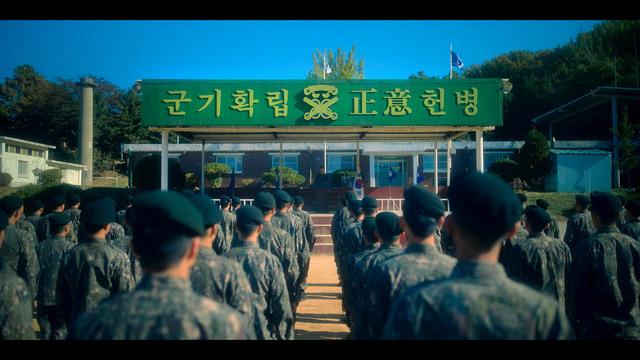 'D.P.'의 한 장면. 'D.P.'는 우리나라 군대의 악습을 조명한 국내 최초의 드라마라는 평가를 받으며 대중에게 큰 관심을 받고 있다. /넷플릭스 제공