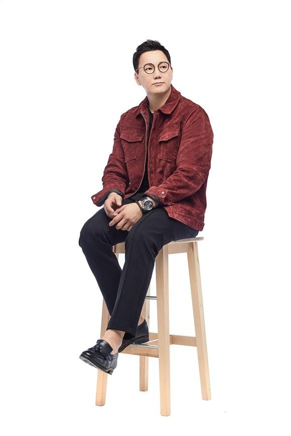 가수 더원이 1982년 이용이 부른 '잊혀진계절'을 리메이크해 오는 8일 발표한다. /매니지먼트 누리 제공