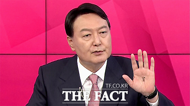 지난 1일 MBN 토론회에 출연한 윤석열 전 총장 손바닥에 '왕(王)'자가 보이고 있다. /MBN 유튜브 채널 캡처