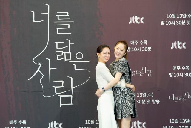 신현빈(왼쪽)과 고현정이 JTBC 새 수목드라마 '너를 닮은 사람'의 관전 포인트를 밝혔다. /JTBC 제공