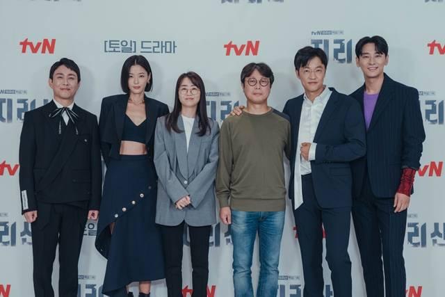 오정세 전지현 김은희 작가 최상묵 촬영감독 조한철 주지훈(왼쪽 부터)이 tvN '지리산' 온라인 제작발표회에 참석했다. /tvN 제공