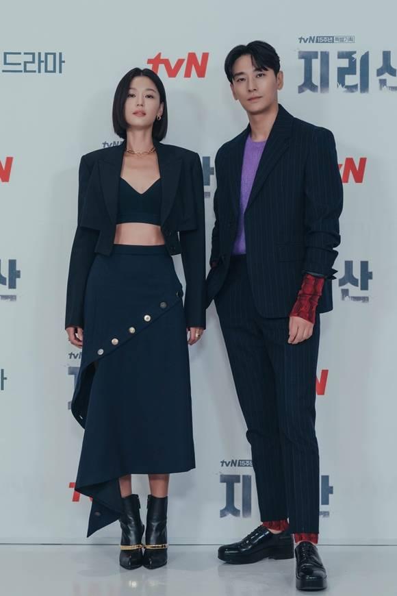 전지현(왼쪽)과 주지훈은 '지리산'을 통해 첫 연기 호흡을 맞춘다. /tvN 제공