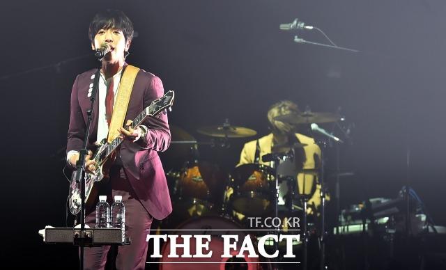 FNC의 대표 그룹 씨엔블루가 이달 말 컴백을 예고했다. 사진은 2015년 씨엔블루가 서울 광진구 광장동 악스코리아에서 열린 두번째 정규앨범 '투게더(2gether)' 발매 기념 쇼케이스에서 공연을 펼치고 있는 모습. /더팩트 DB